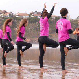 Clases de surf para grupos de adultos en Suances, cantabria. Totora Surf School