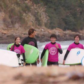 Clases de surf para adultos en Suances, cantabria. Totora Surf School
