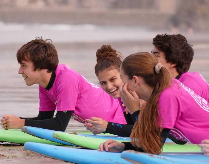 Clases de surf para grupo de adultos en Suances, cantabria. Totora Surf School
